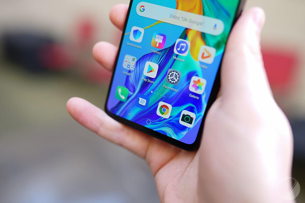 Le bord aplati du HuaweiP30 rend son utilisation confortable à une main