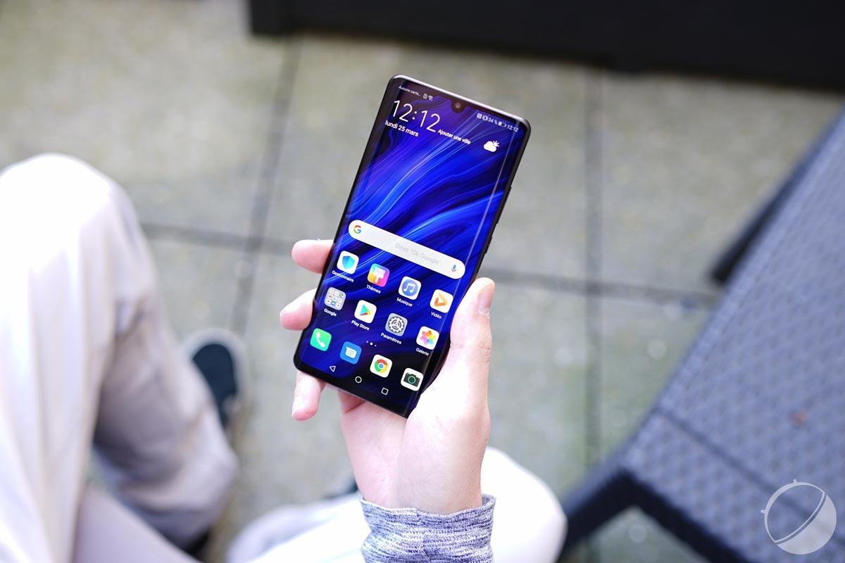 Le HuaweiP30 Pro et son encoche située en haut de l'écran