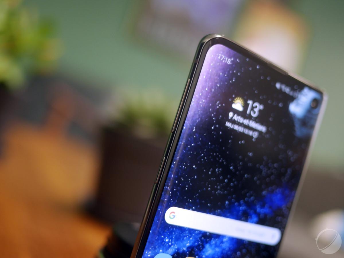 Le Samsung Galaxy S10 donne réellement l'impression de ne tenir qu'un écran dans la main.