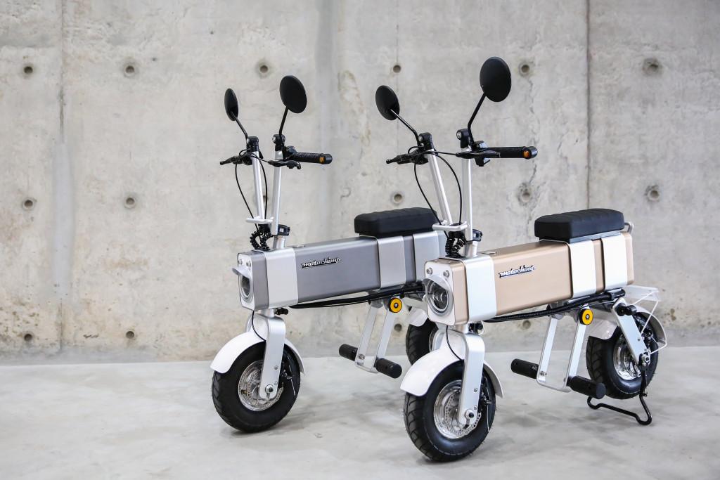 Ce cyclomoteur électrique passe-partout file jusqu'à 45 km/h malgré son format miniature