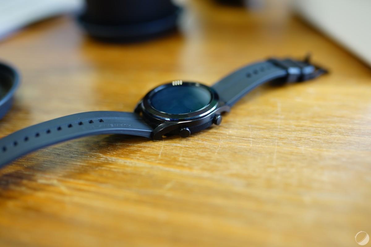 La montre est assez compacte et légère pour ne pas déranger lorsqu'on la porte