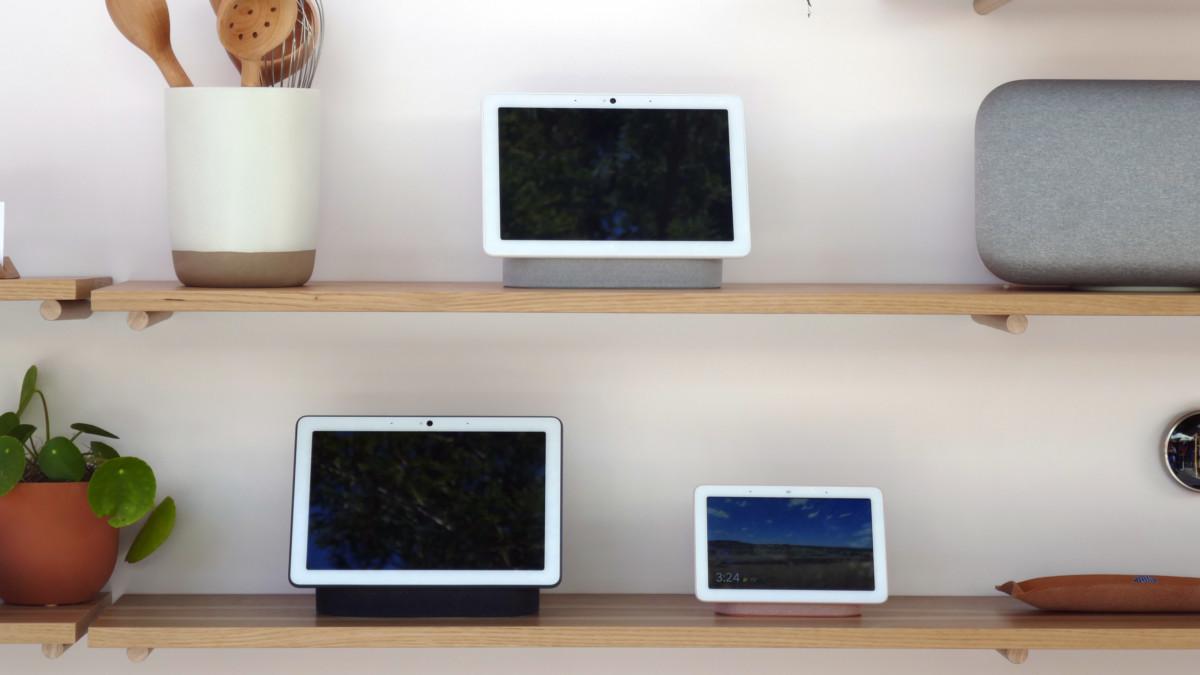 Le Nest Hub Max dans ses deux coloris, ainsi que le Nest Home Hub (anciennement Google Home Hub)
