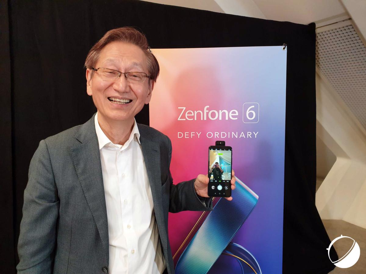 Jonney Shih, président d'Asus, et le Zenfone 6.