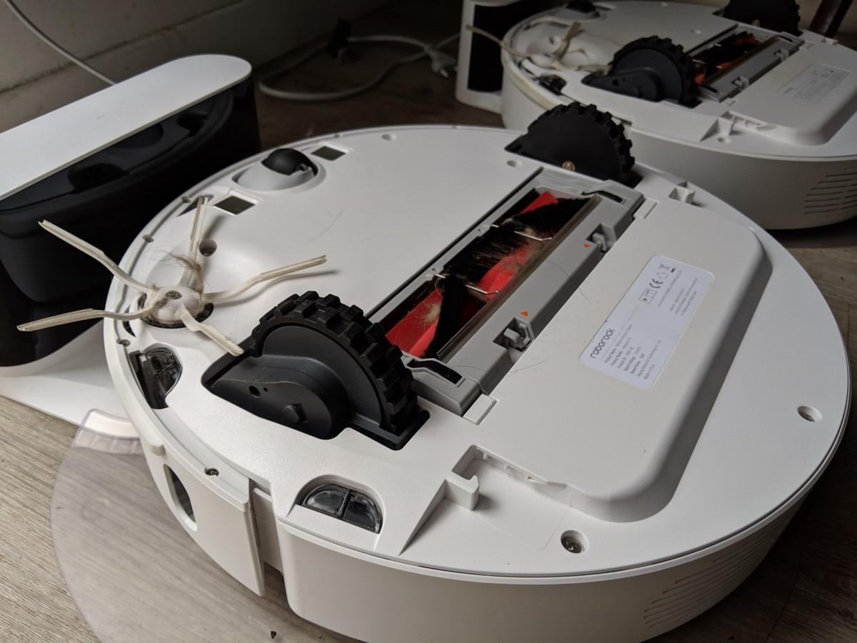 La brosse latérale qui ramène vers le centre et la brosse principale qui aspire. On aperçoit également un des capteurs supplémentaires par rapport au S5.