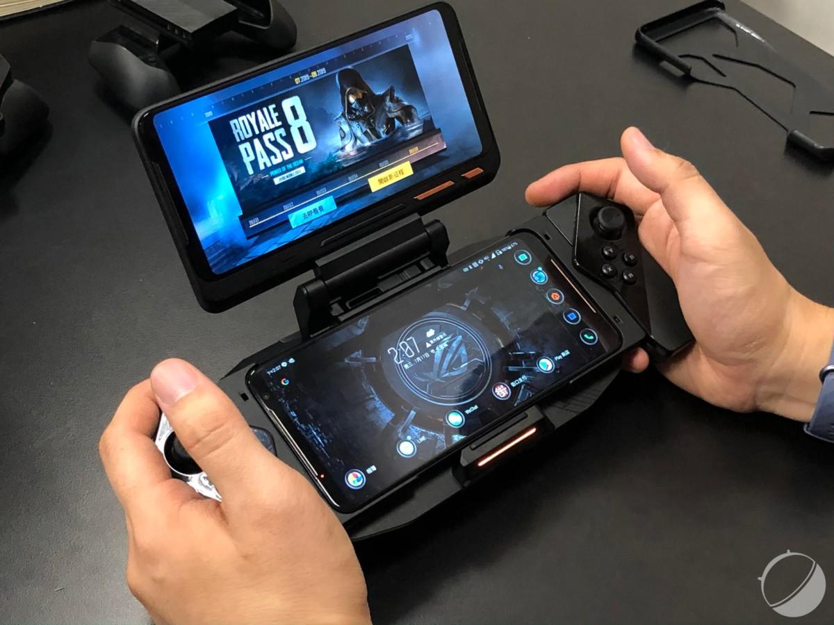Avec un accessoire spécial, le ROG Phone2 intègre deux écrans et des manettes inspirées des joypad de la Nintendo Switch