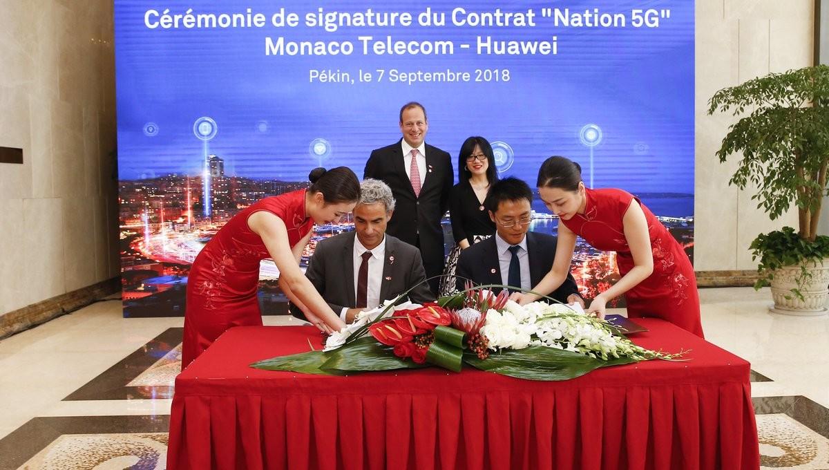 Martin Peronnet, Directeur Général de Monaco Telecom et Shi Weiliang, Directeur Général Huawei France lors de la cérémonie de signature du contrat entre l'opérateur et le constructeur