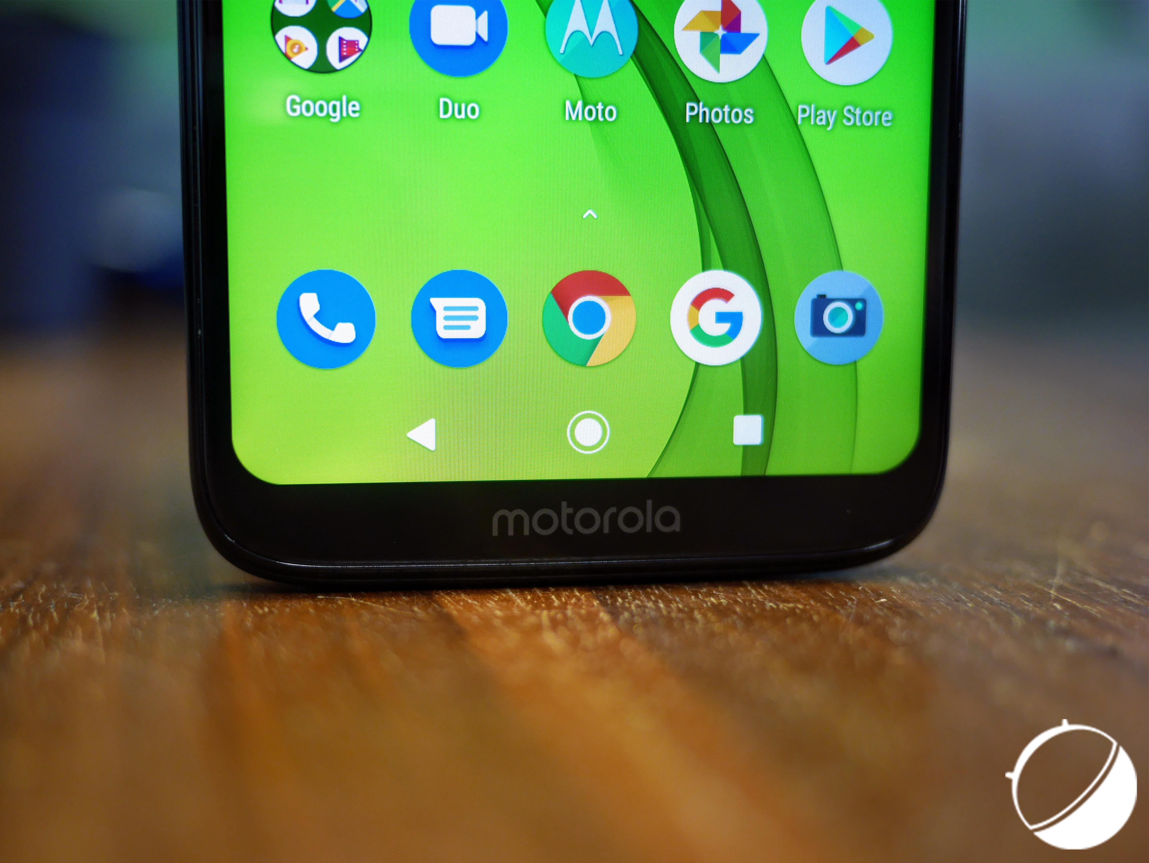 Le logo Motorola offre au menton une sorte «d'alibi»