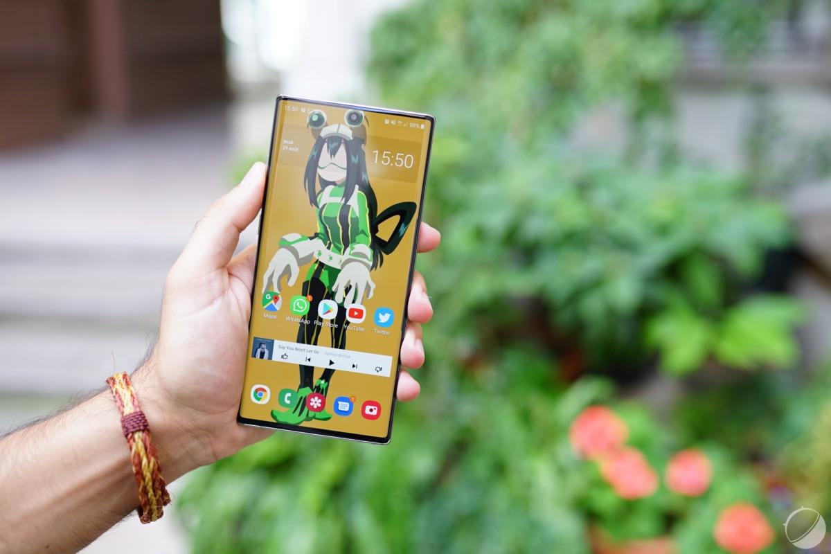 Le fond d'écran le dissimule astucieusement, mais il y a un capteur frontal caché dans l'écran du Galaxy Note 10+