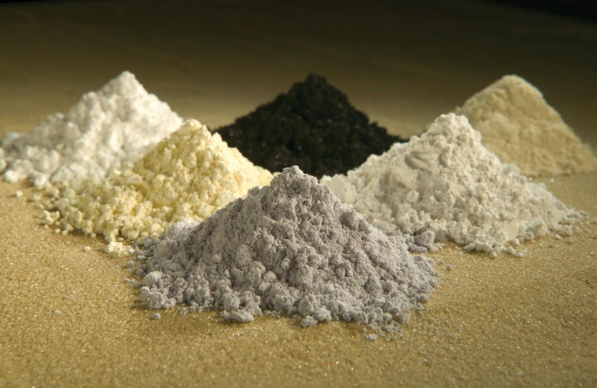Des oxydes de terres rares. Du haut et dans le sens des aiguilles d'une montre: praséodyme (noir), cérium (jaune), lanthane (crème), néodyme (gris), samarium (jaune), gadolinium (blanc). Crédit: Wikimedia Commons.