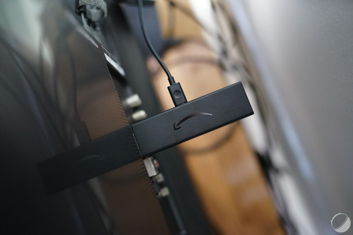 L'Amazon Fire TV Stick4K branché à l'USB derrière la TV