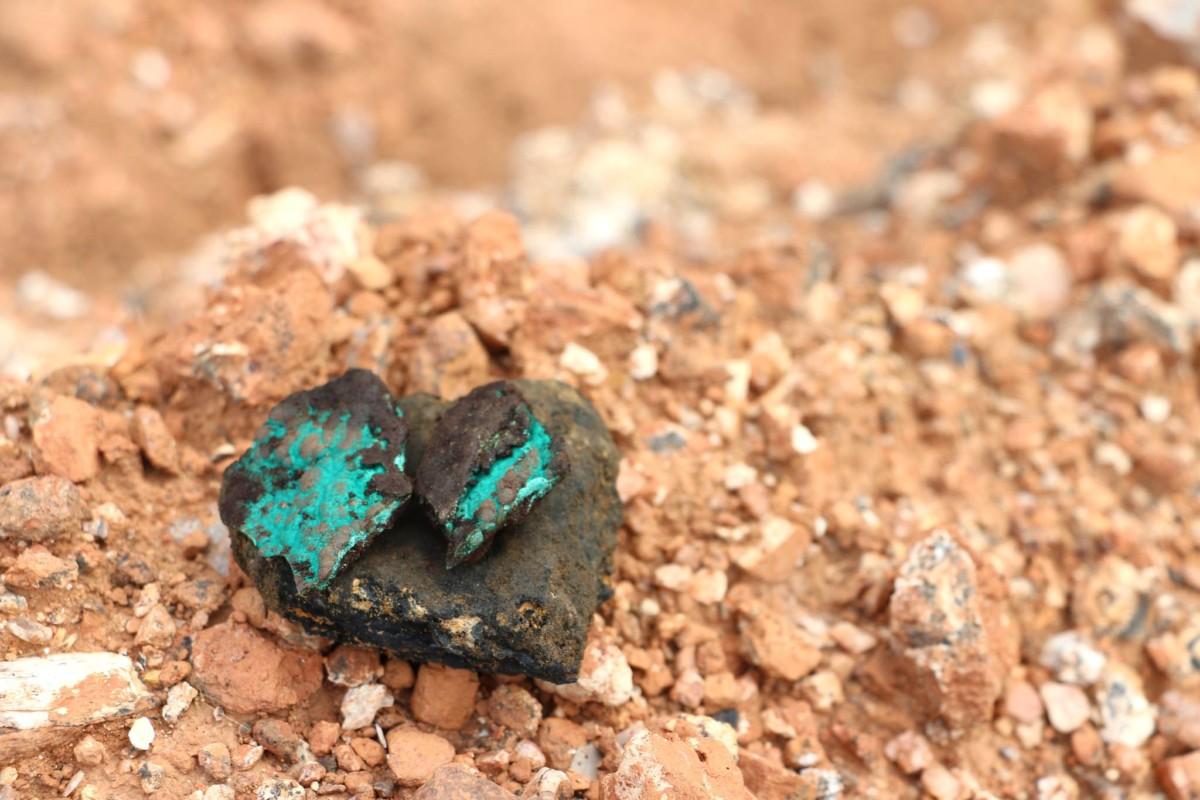 Un morceau de minerai contenant du cobalt, du cuivre et de la malachite. Crédits: Fairphone