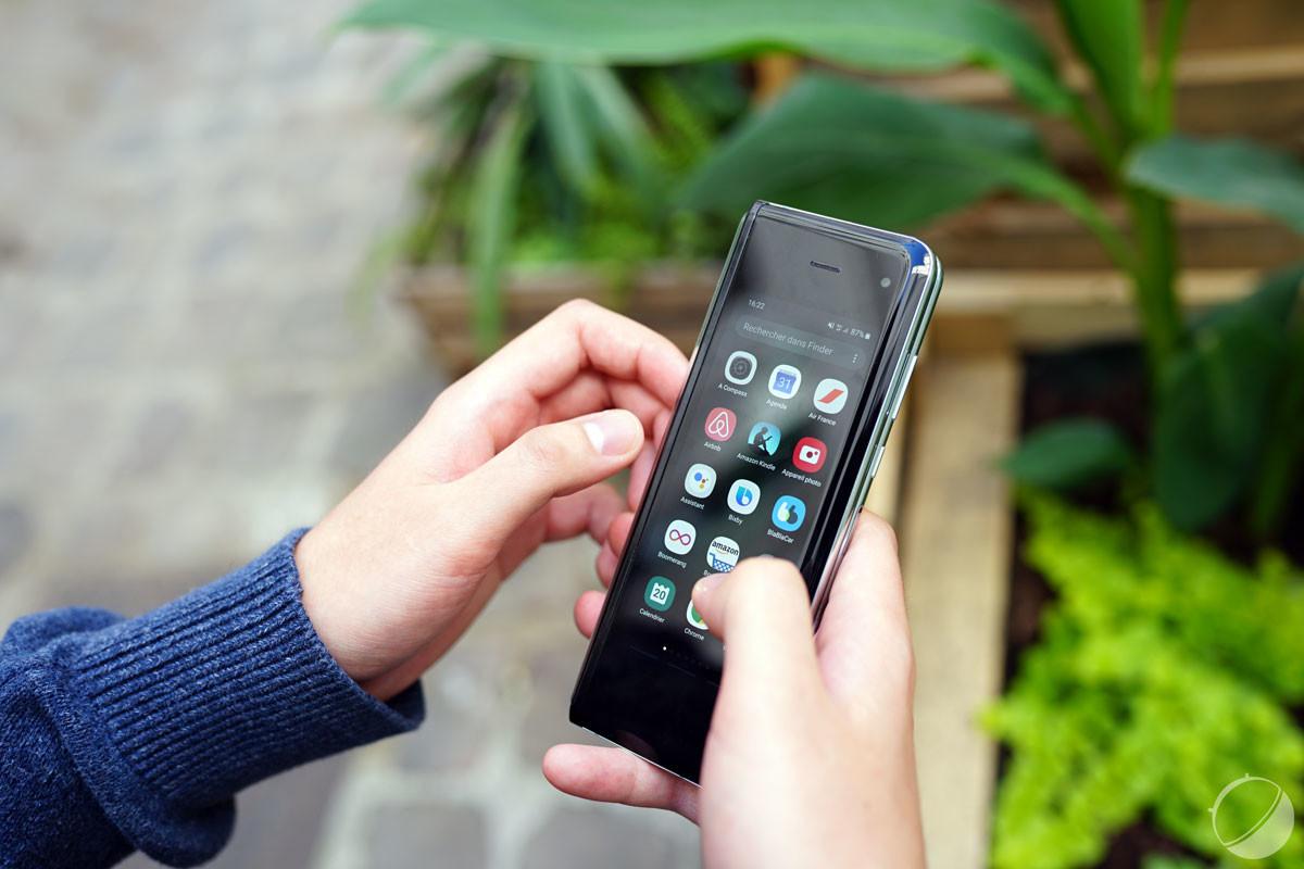 Un petit écran principal lorsque le smartphone est fermé