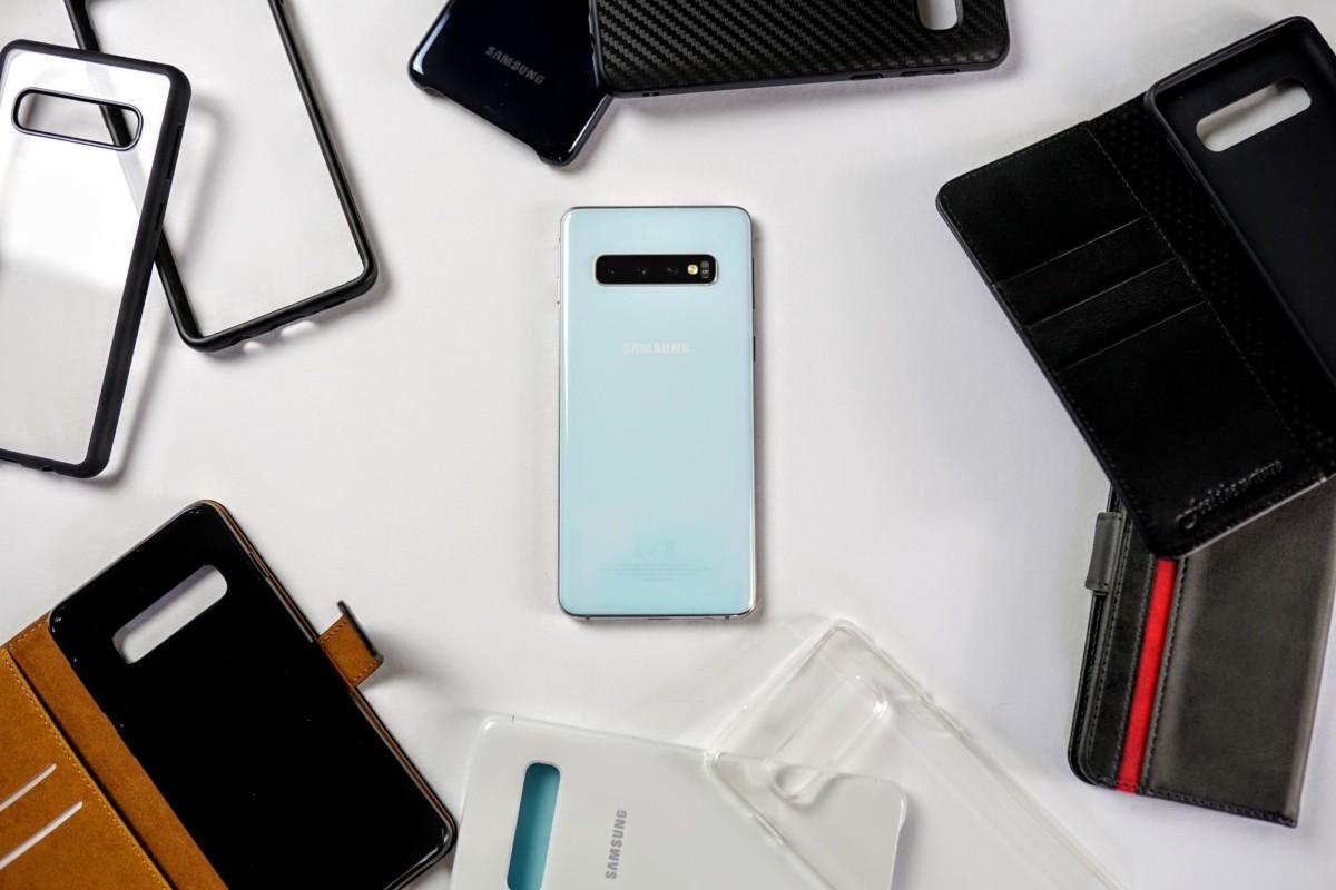 Un Samsung Galaxy S10 au milieu de nombreuses coques et protections de smartphone.