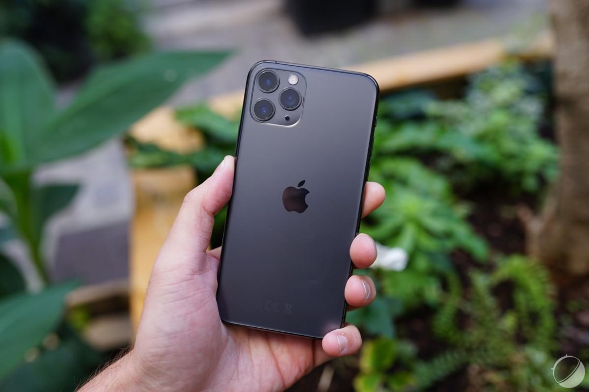 L'iPhone 11 Pro et ses 3 caméras. Le logo Apple est désormais centré verticalement.