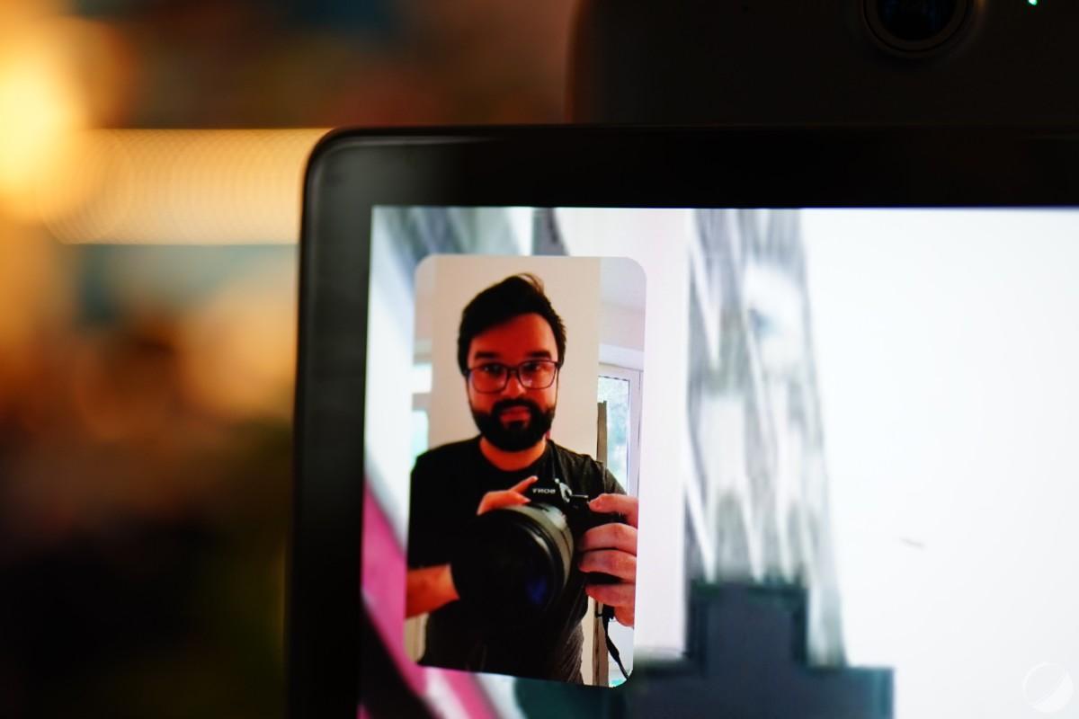 Le système Smart Camera arrive à bien suivre les interlocuteurs et cadrer correctement, il est vraiment réactif quand on se déplace