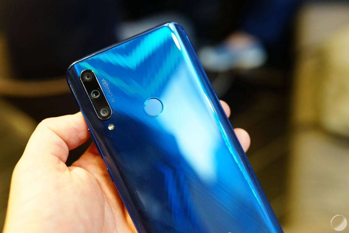 Dos arrondi à l'aspect verre réfléchissant. La version bleue affiche un X tandis que la version noire est plus classique.