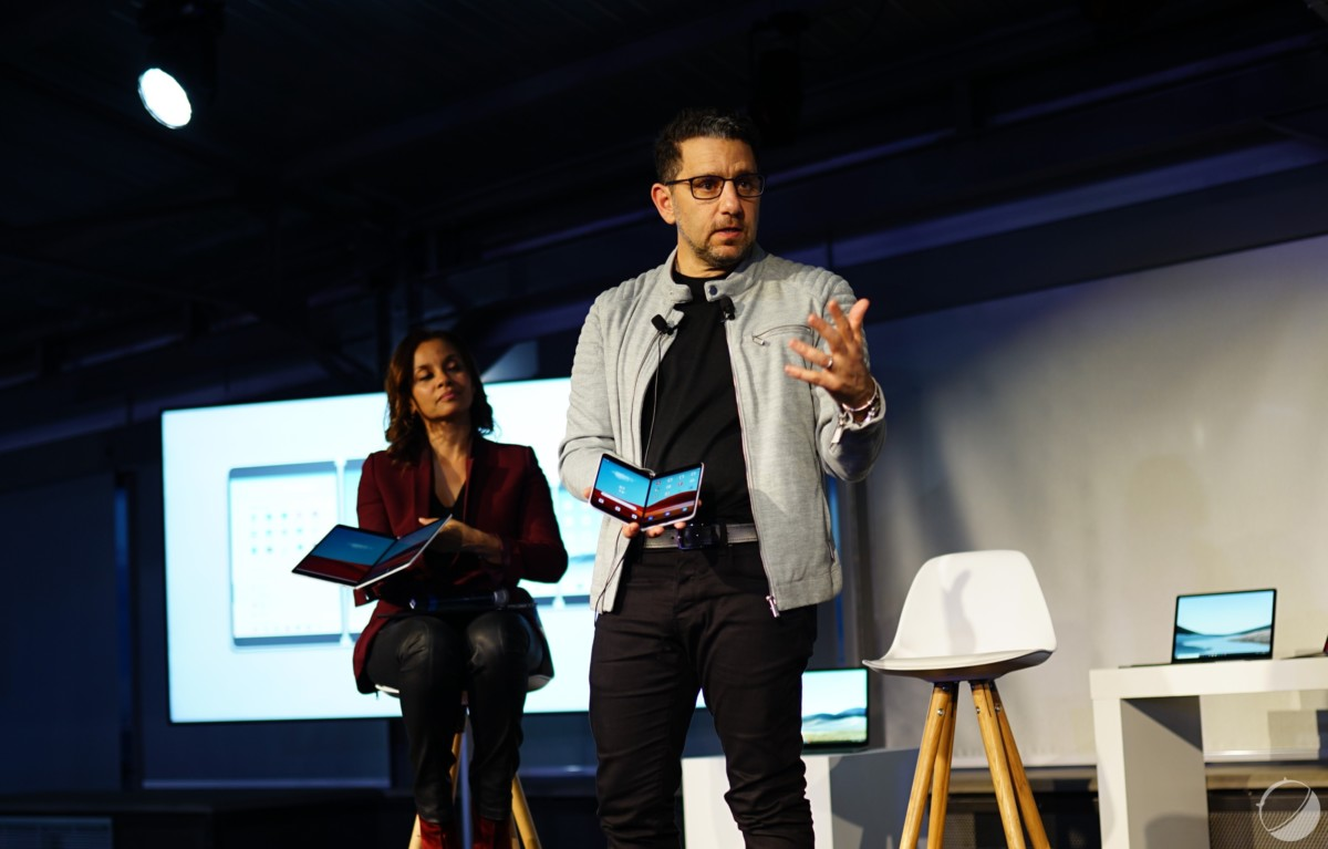 Panos Panay lors d'une démonstration du Surface Duo