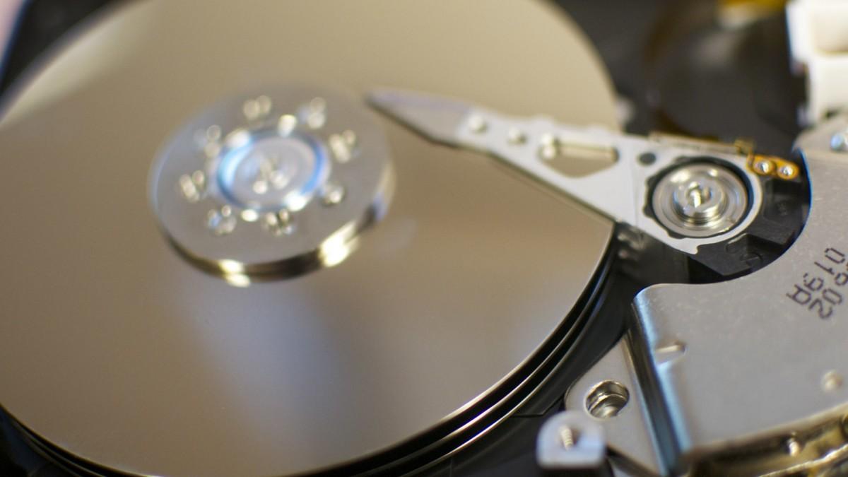Les entrailles d'un disque à plateaux. Image :Matt Nicklas sur FlickrCC-BY-SA
