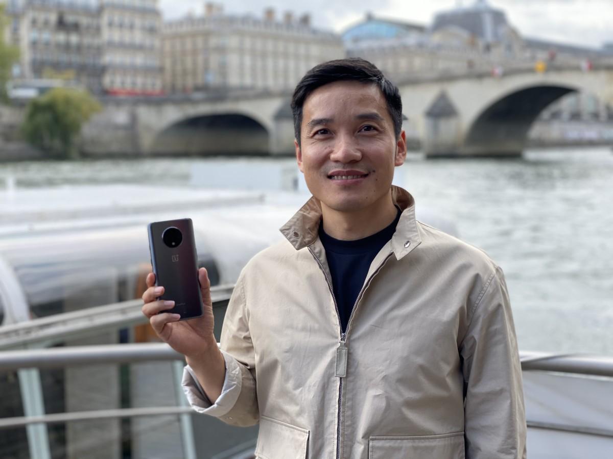 Pete Lau, co-fondateur de OnePlus, tient le OnePlus 7T dans sa main— Mode Portrait