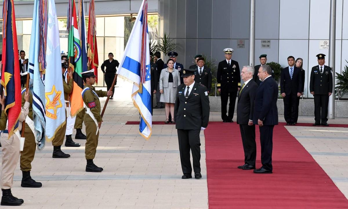 Le ministère israélien de la Défense lors d'une visite officielle américaine. Crédit : ambassade américaine en Israël.