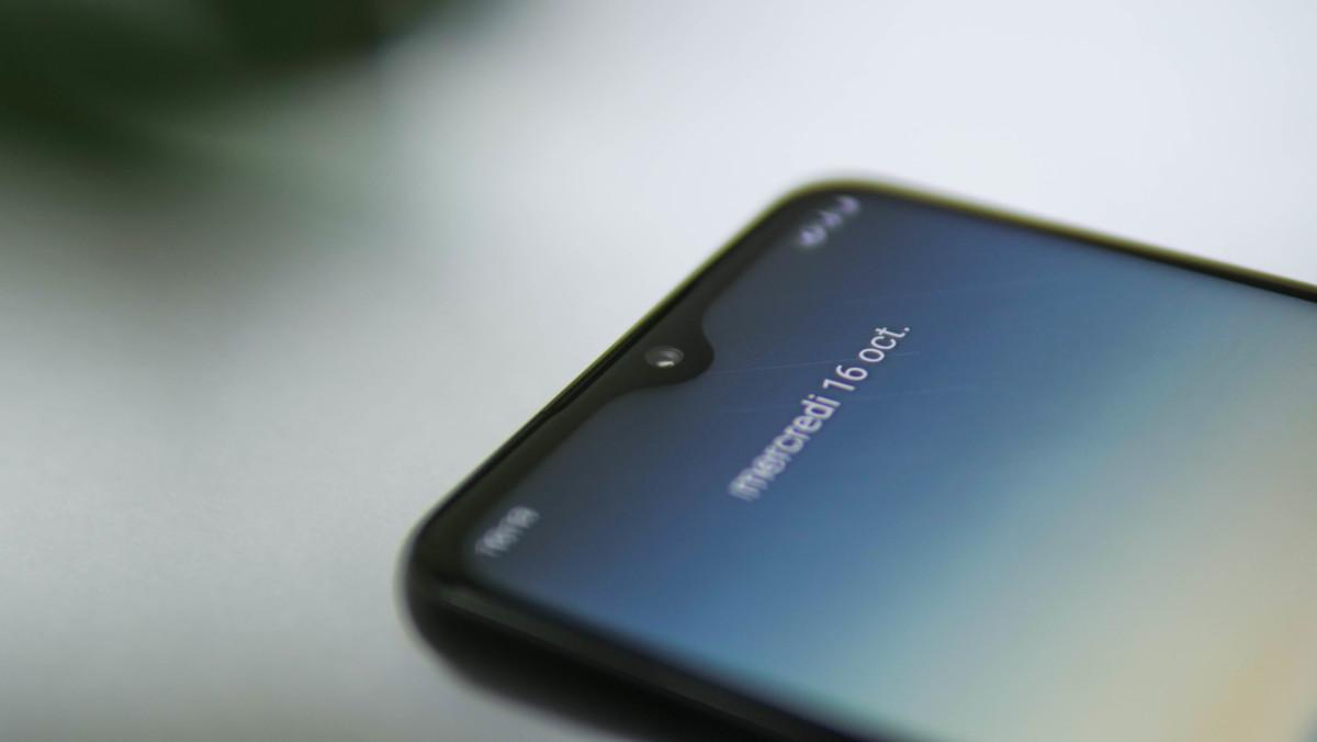 L'encoche est discrète, et intègre une caméra frontale de 20 mégapixels.