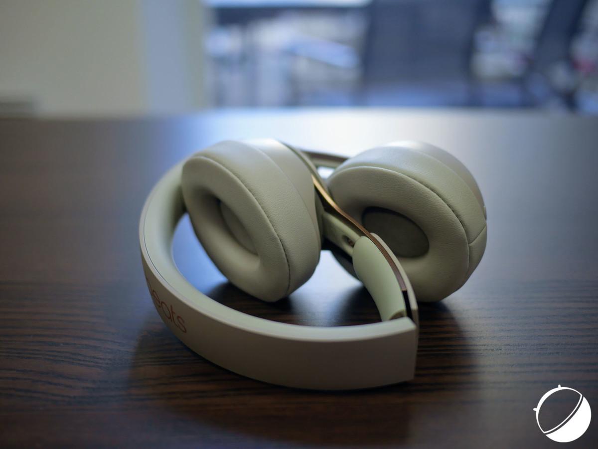 Le Beats Solo Pro se pose directement sur les oreilles