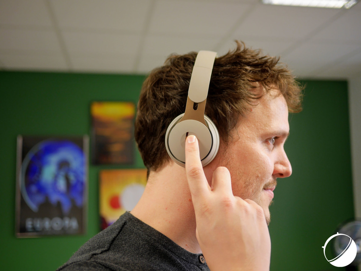 Le casque se contrôle en appuyant sur l'écouteur droit
