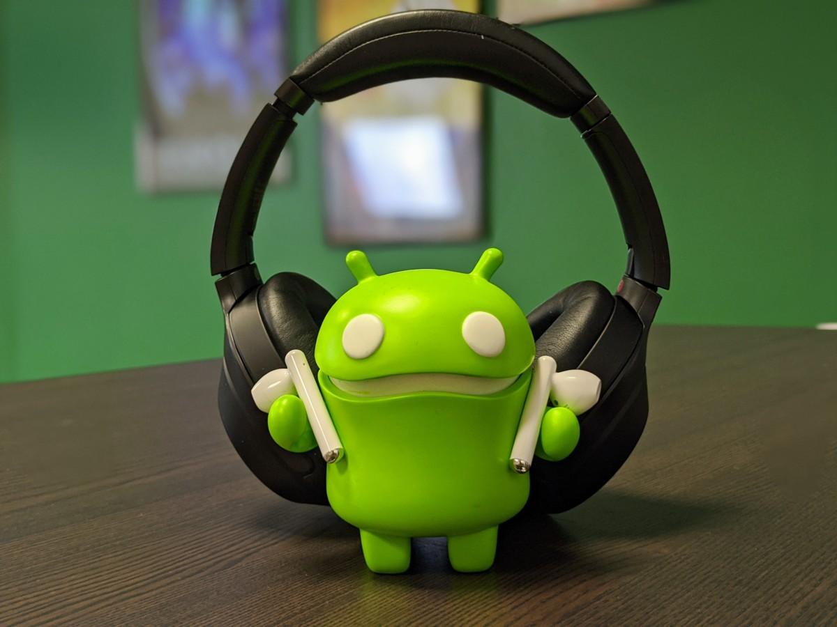 Notre Bugdroid utilise des Huawei Freebuds 3 et un Sony WH-1000xM3