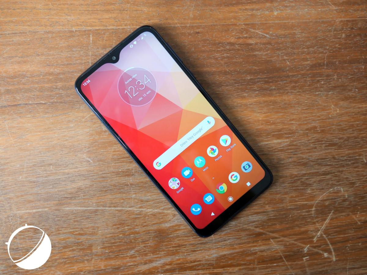 Le Motorola One Macro a de larges bordures.