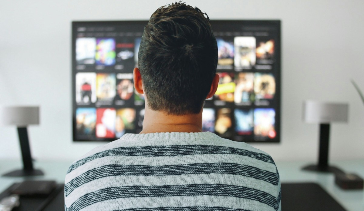 Un homme regardant la télévision
