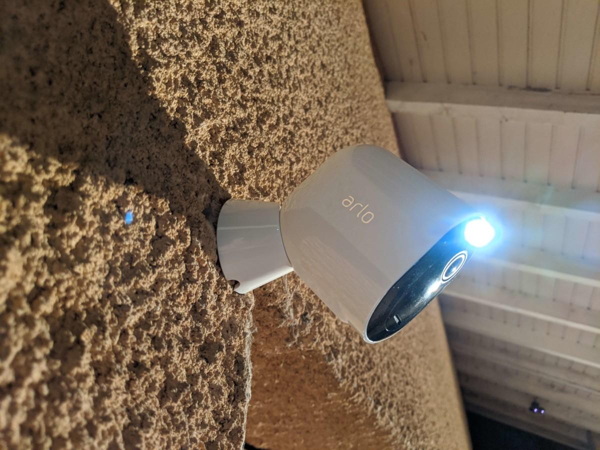 L'Arlo Pro 3 et son projecteur
