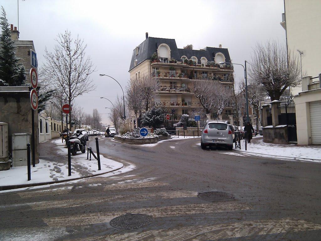 Saint-Maur des Fossés, ma ville natale, sous la neige, immortalisée par le HTC Hero. À l'époque le réchauffement climatique n'était pas aussi marqué qu'aujourd'hui. C'est une blague, ou pas.