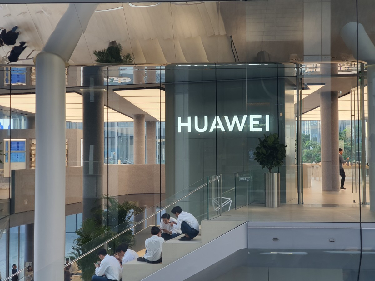 "huawei logo loin 1200x900 - Huawei Responds to US Restrictions: ""It Will Harm American Interests"" - Frandroid"