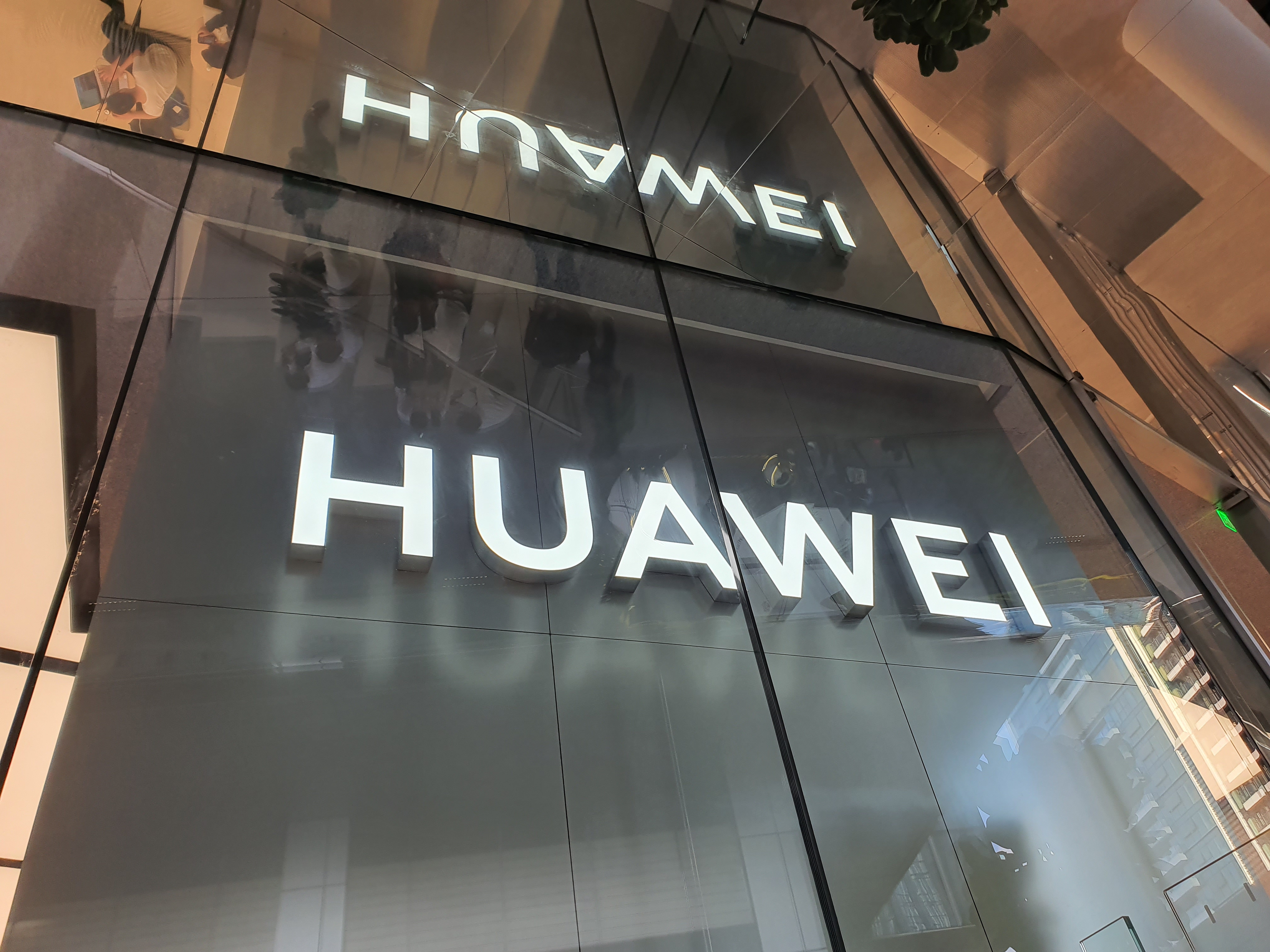 huawei logo - Huawei could also stop supplying chargers ... despite himself - Frandroid
