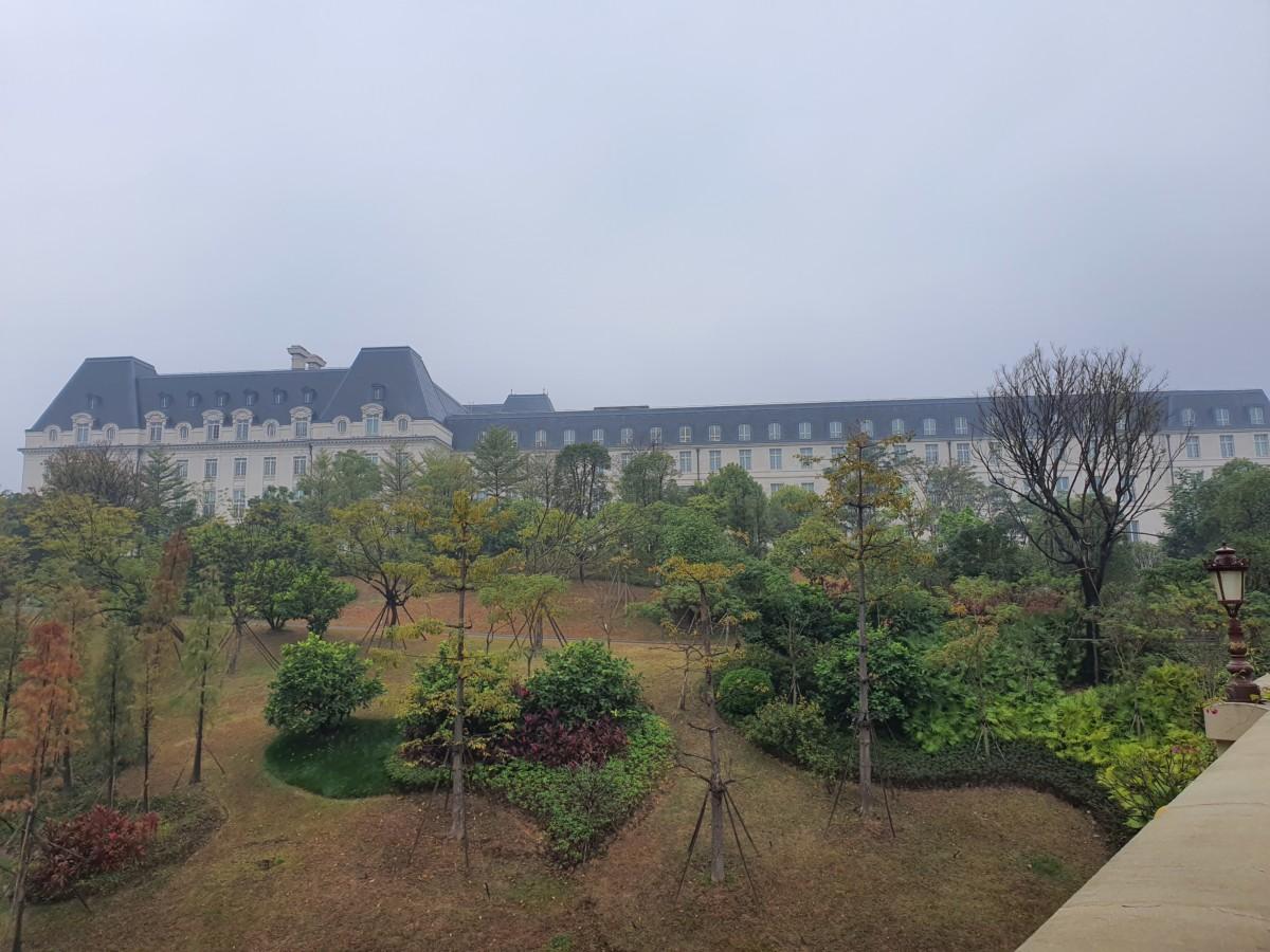 Visite dans la grisaille. Ici, le bâtiment se veut inspiré de la Cité universitaire de Paris.