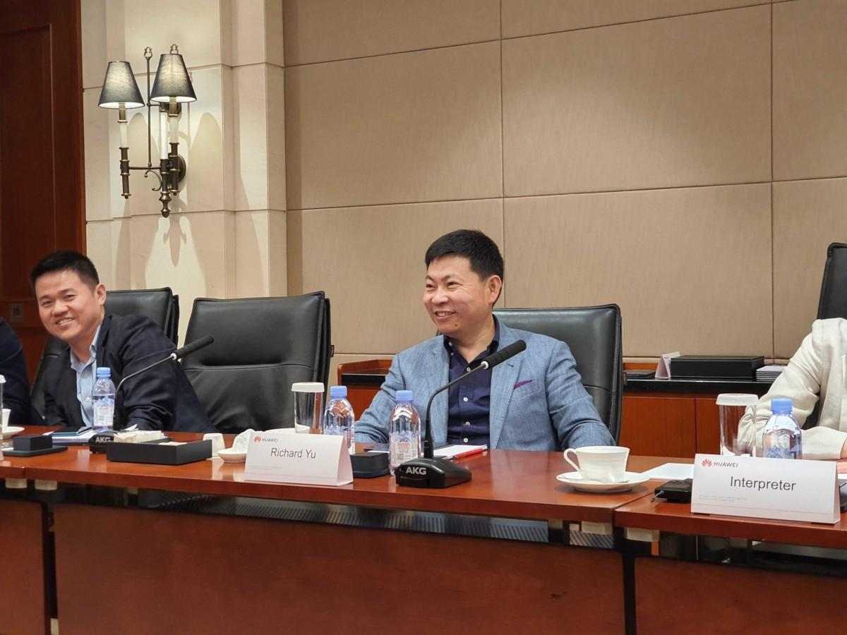 Richard Yu pendant l'entrevue avec la presse française