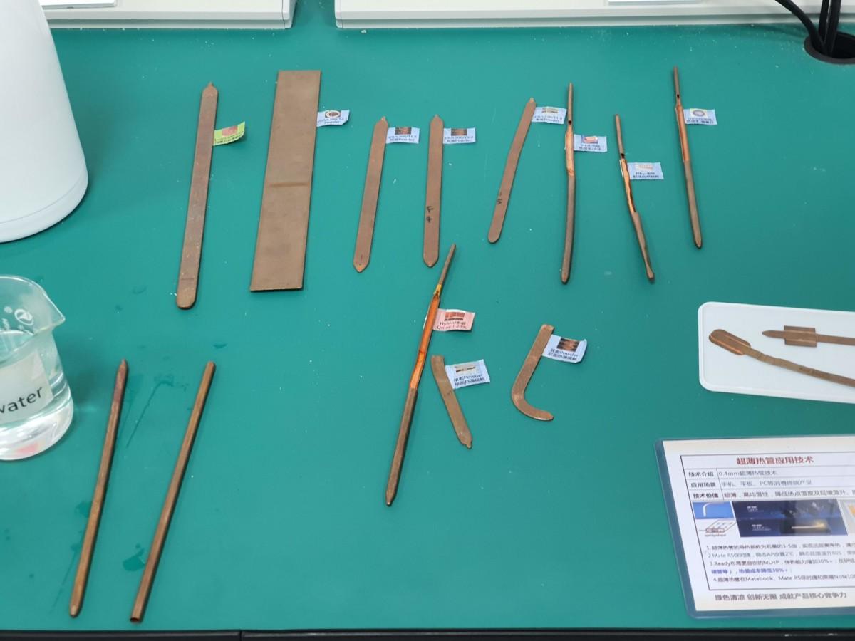Plusieurs prototypes de caloducs. Les tubes cylindriques sont aplatis pour être implémentés dans les smartphones.