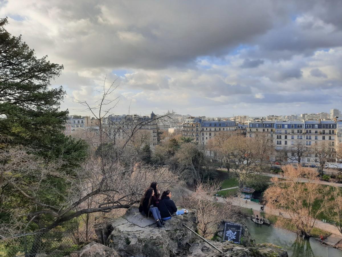 Le quartier de Montmartre se distingue au fond