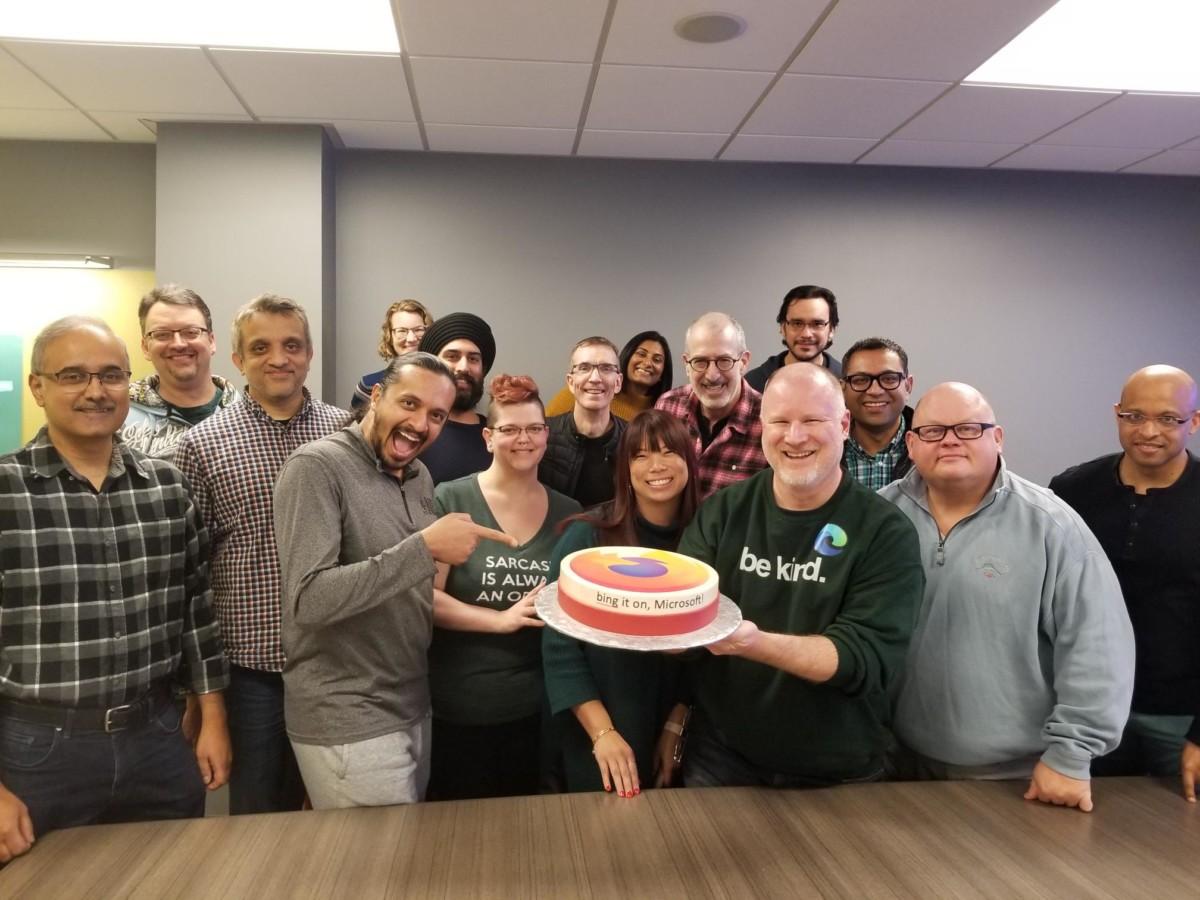 L'équipe de Microsoft Edge avec le gâteau de Mozilla. Crédit : Microsoft Edge Dev