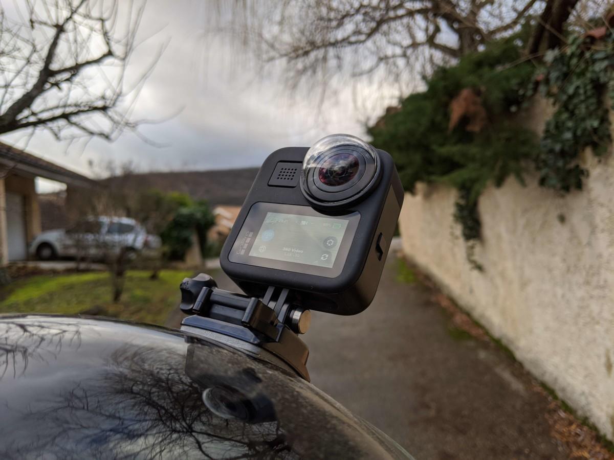 La GoPro Max fixée sur un casque de moto