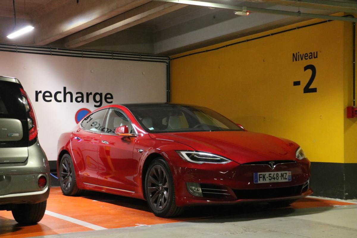 Notre Tesla Model S au départ de l'aéroport Charles de Gaulle.