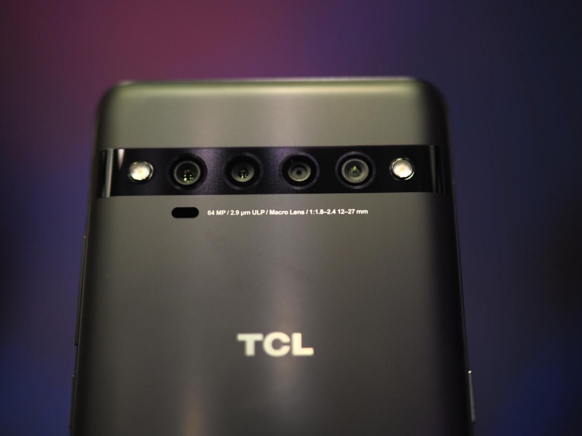Le module de caméras du TCL 10 Pro est plat à l'arrière du téléphone.