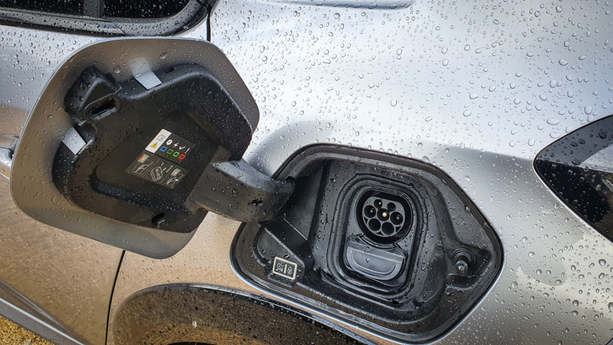 La prise de charge Combo CCS à 100 kW est un gros point fort de cette auto