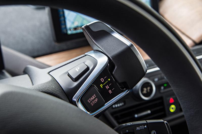 Le sélecteur de vitesses de la BMWi3, similaire à n'importe quel levier, sauf qu'il s'agit d'une voiture électrique.
