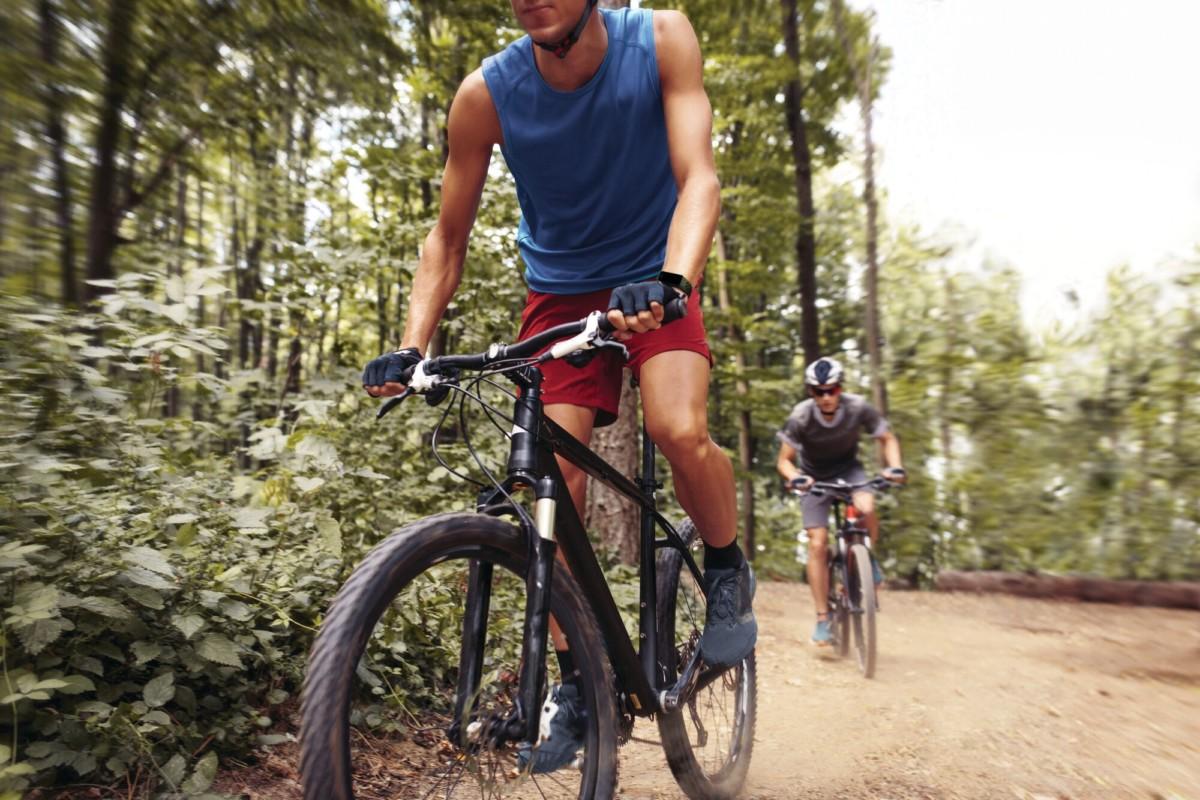 Fitbit Charge 4 au poignet d'un cycliste