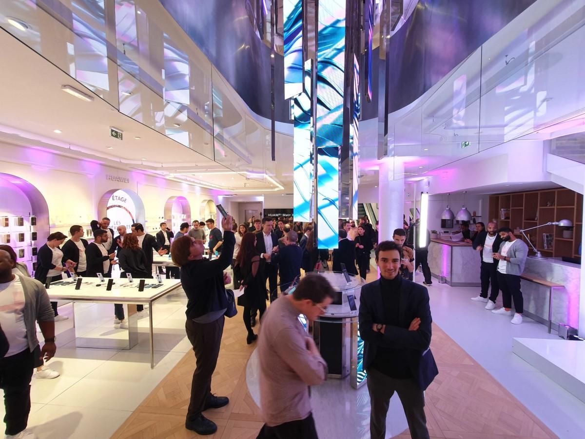 Rez-de-chaussée du Huawei flagship store de Paris