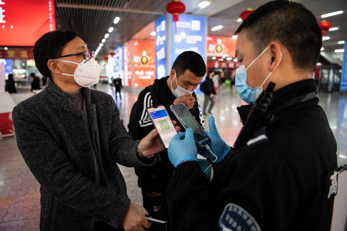 Vérification des codes QR près du métro de Wenzhou en Chine