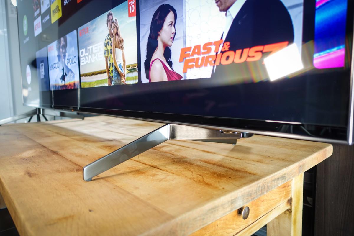 L'écartement minimal est d'environ 105cm, soit une largeur de meuble plus conventionnelle.