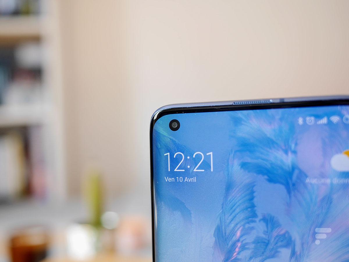 Le poinçon en haut à gauche de l'écran du Xiaomi Mi 10