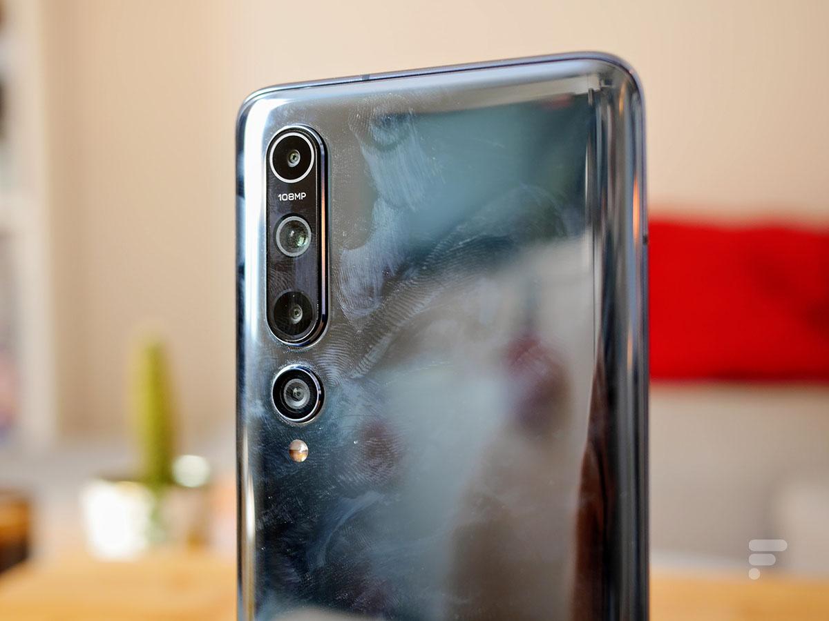 Le dos en verre du Xiaomi Mi 10 est assez salissant